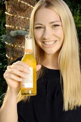 Frau trinkt Limonade auf Gartenparty