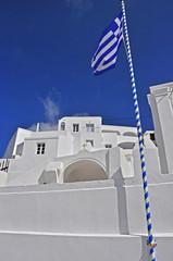 griechische flagge vor weißem haus