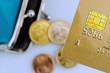 Kreditkarte und leere Geldbörse