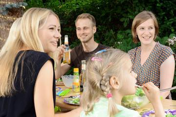 Gemeinsames Essen bei Garten-Party