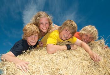 Gruppe Teenager fröhlich im Stroh
