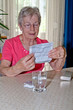 Ältere Frau nimmt Tabletten ein