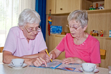 Senioren lösen Kreuzworträtsel