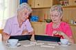 Ältere Damen spielen ein Brettspiel