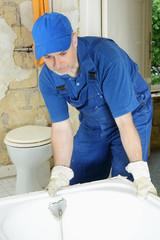 Sanitär-Installateur montiert Badewanne