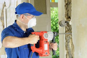 Handwerker arbeitet mit Bohrmeissel