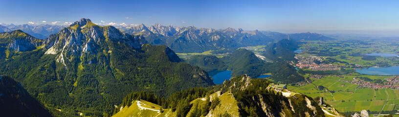 Panorama Landschaft in Bayern mit Forggensee und Alpen