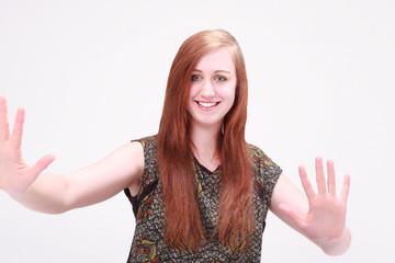 Schöne Mädchen lächelnd, zeigt Ihre Handflächen