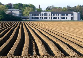 Schulgebäude auf dem Lande