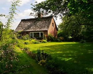 Haus mit strohgedecktem Dach