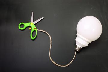 Concetto di risparmio - tagliare i consumi elettrici
