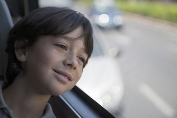 Niño mirando por ventana de autobús