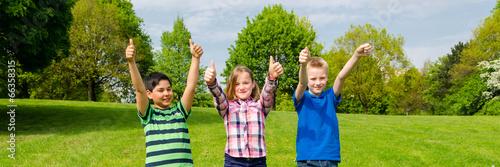kinder zeigen daumen zur motivation