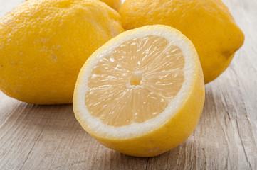 Limoni posati su un tavolo di legno