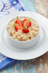 Outmeal porridge with strawberry