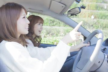 ドライブをしながら指差す女性