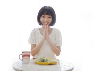食事を前にいただきますをする女性