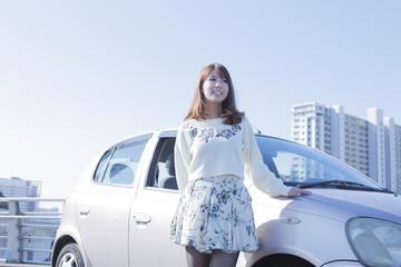 車の横に立つ女性