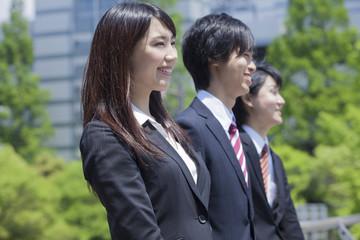笑顔のビジネスウーマンとビジネスマン