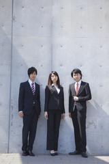 3人で立つビジネスマンとビジネスウーマン