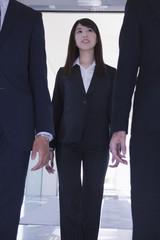 3人で歩くビジネスマンとビジネスウーマン