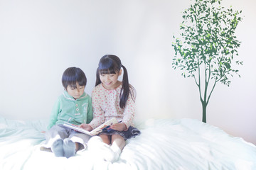 絵本を読む兄弟