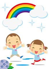 虹の下ではしゃぐ園児