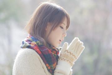 マフラーと手袋をした女性