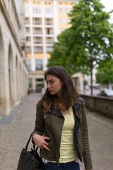 Junge Frau in der Innenstadt