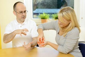 Patient und Therapeut bei Ergotherapie