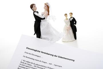 Ehepaarfiguren hinter Ehevertrag