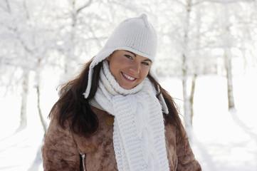 Junge Frau im Schnee , lächelnd