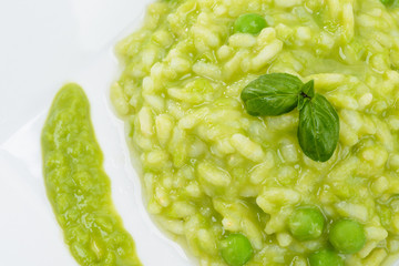 Risotto con piselli e basilico, close-up