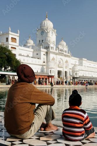 Papiers peints Inde Sikhs family at the Golden temple