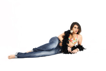 jeune femme allongée jeans et bikini