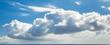 ciel bleu et nuage de beau temps au dessus de la mer