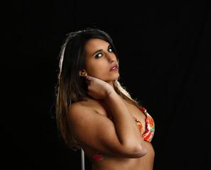 regardx de profil d'une sensuelle jeune femme brésilienne