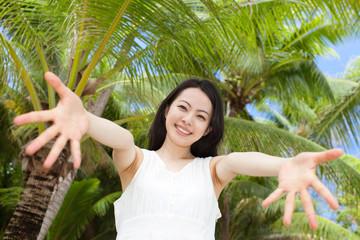 椰子の木と女性