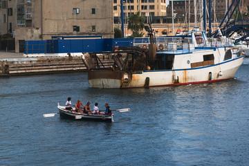 Peschereccio di rientro al porto di Savona
