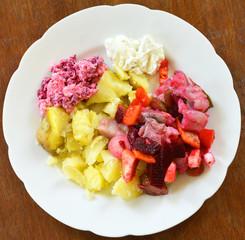 bunter Fischsalat Teller mit Kartoffeln