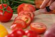 Essen zubereiten Tomate schneiden auf einem Holzbrett