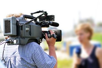 Nachrichtenteam vor Ort für TV Sendung