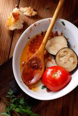 piatto di ceramica con avanzi di cucina