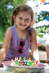 Mädchen vor Geburtstagstorte