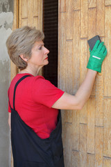 Wooden door preparation with sanding sponge block varnishing
