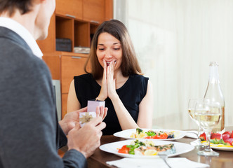 man making a woman marriage proposal for a romantic dinner