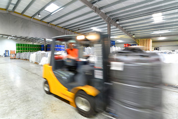 Gabelstapler in Lagerhalle //  Forklift in warehouse