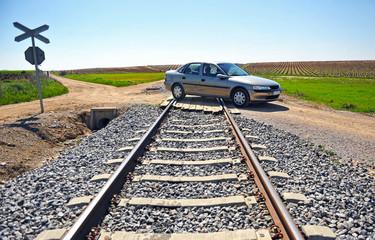 Paso a nivel sin barrera, ferrocarril, automóvil