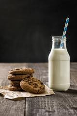 Schoko-Cookies und eine Flasche mit Milch