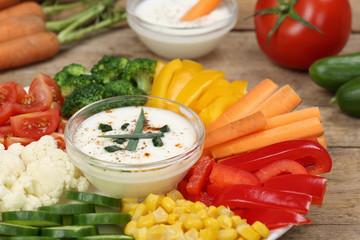Vegetarischer Gemüse Teller zum Essen mit Joghurt Dip